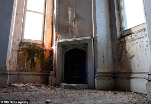 One of the bedrooms in need of renovation. Image @Daily Mail